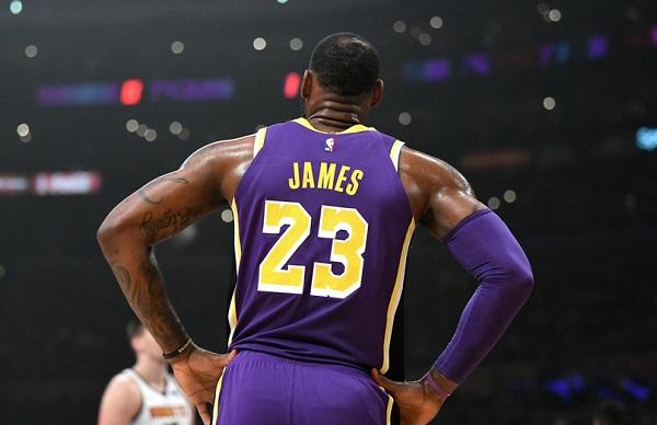 Aún no terminaban el segundo periodo del partido entre Lakers y Nuggets cuando el emblemático jugador ya había sumado los puntos que requería. Foto: Especial