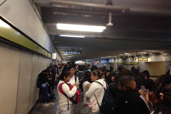 Los pasajeros denuncian en redes que los retrasos son mayores a los que informa el Metro. Foto: Foto: @diana_saavedraP