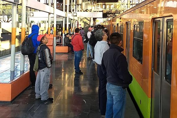 Usuarios señalan que el retraso es debido a que los trenes se quedan parados hasta 10 minutos en las estaciones. Foto @LuisAlc36724655