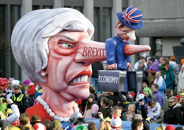 ENOJO. Durante un desfile en Alemania, Theresa May fue representada como Pinocho. Foto: AFP