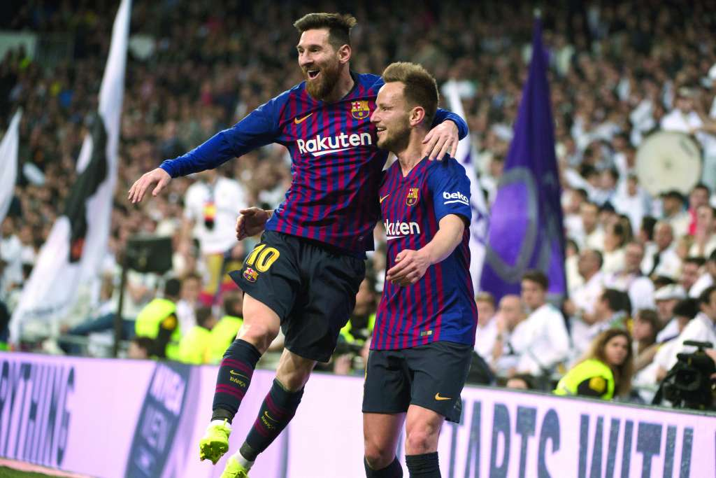 PODERÍO. Lionel Messi celebró de esta manera con Ivan Rakitic. Foto: AFP