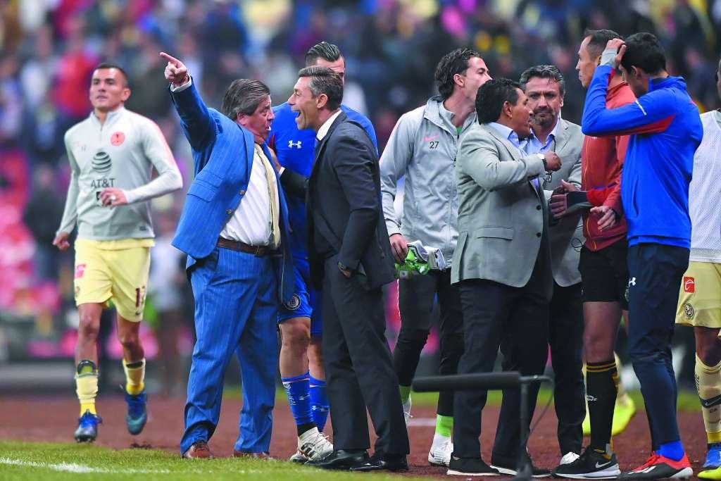 DUELO. Los técnicos Miguel Herrera y Pedro Caixinha vuelven a ser rivales. Foto: MEXSPORT