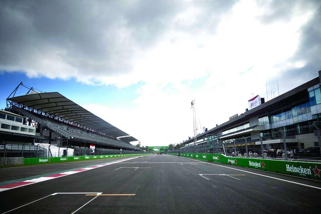 SOLEDAD. La recta principal del Autódromo Hermanos Rodríguez podría quedarse sin F1. Foto: MERCEDES MEDIA