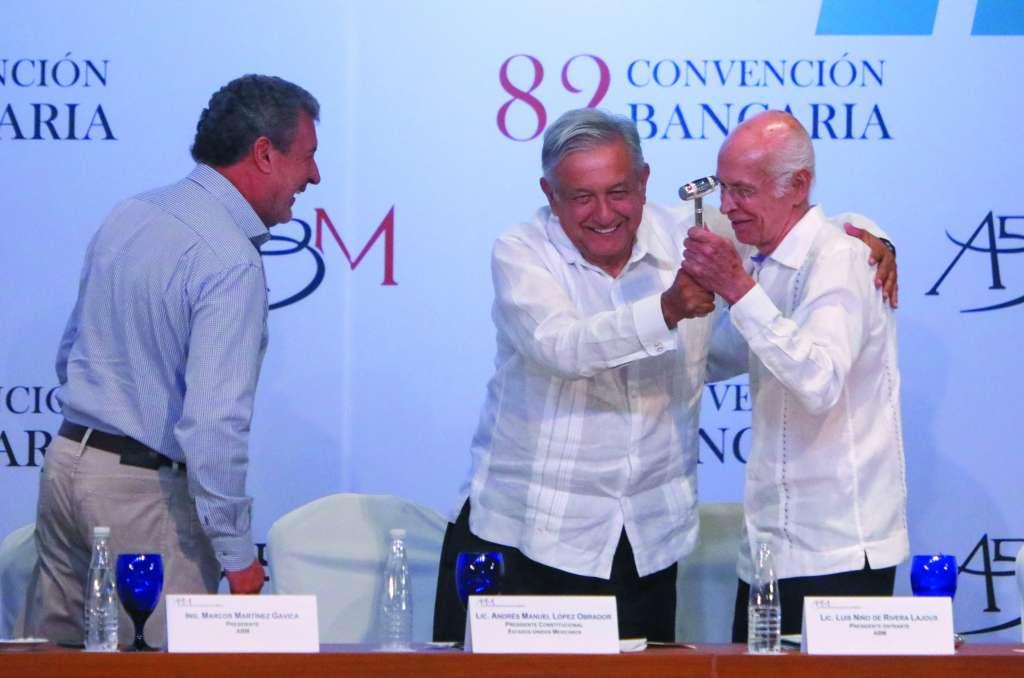 El Presidente de la República, junto con Luis Niño de Rivera (der.), nuevo líder de los banqueros, y Marcos Martínez, extitular de la ABM. FOTO: ESPECIAL