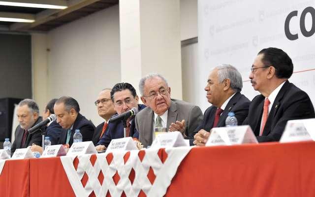 El titular de la SCT con Ascención Medina, presidente del Colegio de Ingenieros Civiles. FOTO: ESPECIAL