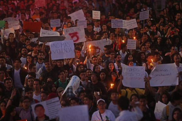 """Cientos de personas entre estudiantes de la Universidad de Guadalajara, Familiares de personas desaparecidas y ciudadanos en general se manifestaron de la Plaza de la Patria hasta la Glorieta de los Desaparecidos en una marcha denominada """"Marcha para no Olvidar"""" CUARTOSCURO.COM"""