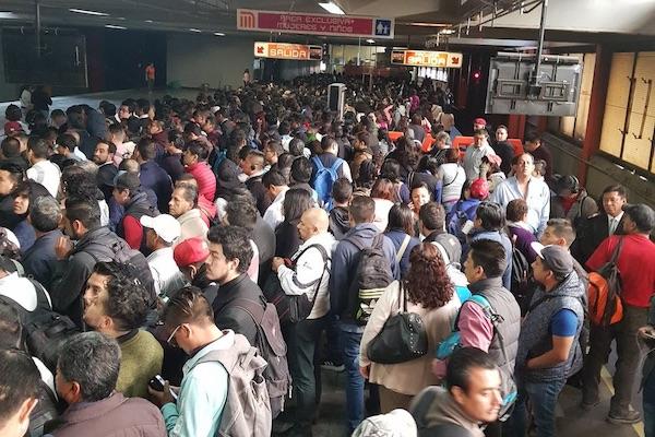 Usuarios del Metro denunciaron en redes que los tiempos de espera son mayores a los que informó el Metro. Foto: