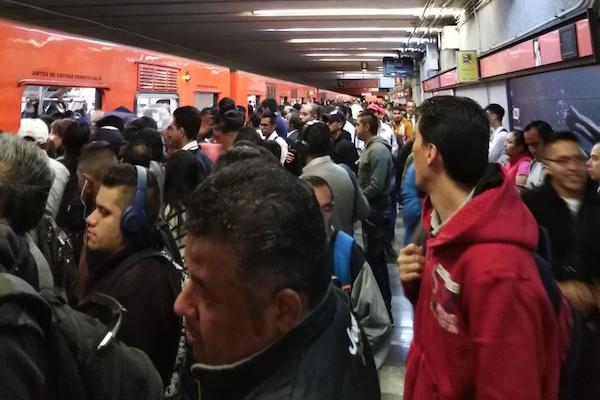 Usuarios reportan en redes retrasos en la Línea 1, que corre de Observatorio a Pantitlán. Foto: Twitter