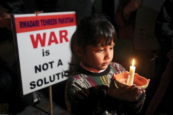 Al menos seis civiles y dos soldados paquistaníes murieron al ser reanudados los bombardeos en la región fronteriza de Cachemira, después de que Pakistán entregara el pasado viernes a un piloto indio que había capturado, para reducir las tensiones que surgieron esta semana entre ambos países. Soldados indios y paquistaníes volvieron a combatir.  Foto: AFP
