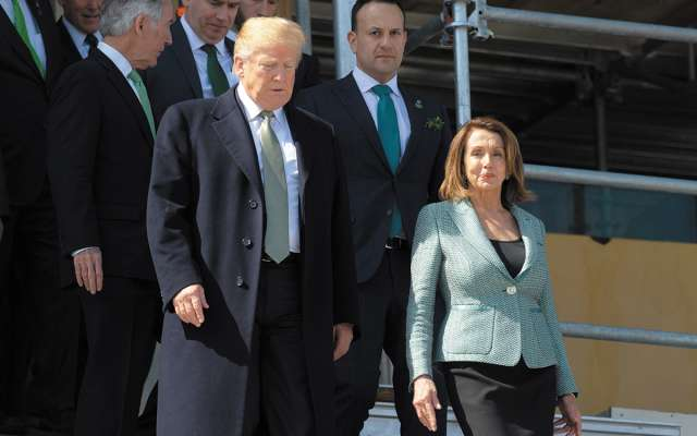 El republicano Trump y la demócrata Nancy Pelosi, tras un almuerzo con irlandeses.FOTO: AFP