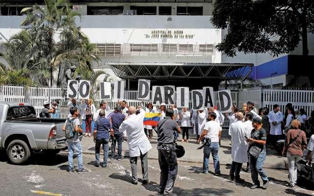 Venezolanos, incluidos los médicos, protestaron contra el apagón que afectó a todo el país.FOTO: REUTERS