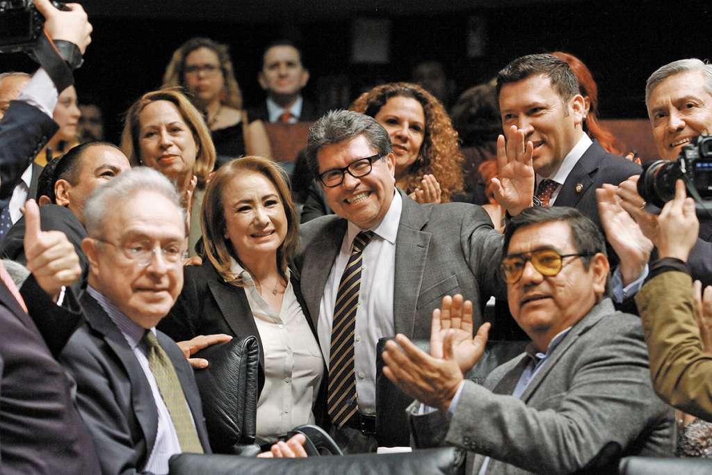 Luego de la segunda votación, senadores de Morena, PRI y PAN felicitaron a Esquivel.FOTO: ESPECIAL