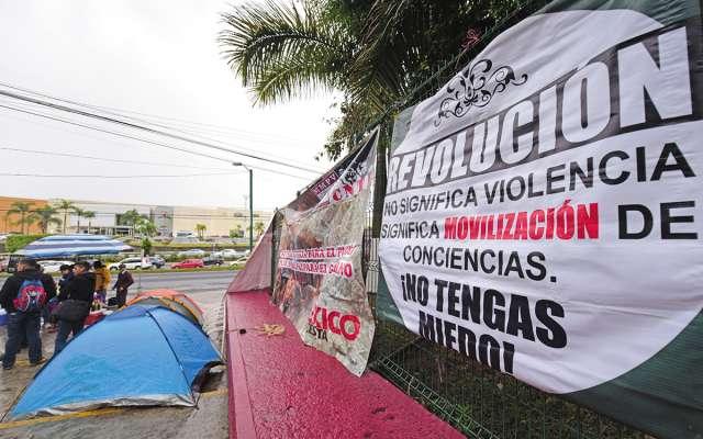 Integrantes de la CNTE instalaron tiendas de campaña en la SEP local; hoy llegan a CDMX. FOTO:CUARTOSCURO