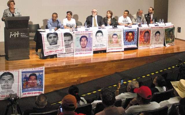 Alejandro Encinas y Esmeralda Arosemena, de la CIDH, ofrecieron un informe del caso Iguala, el lunes. FOTO: ESPECIAL
