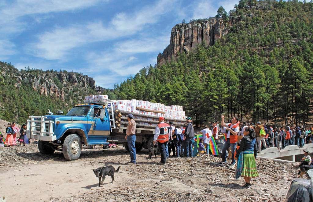 Más de 20 voluntarios llegaron a este municipio, ubicado en la zona alta de la Sierra Madre Occidental, para llevar enseres. FOTO: ALEJANDRA ESQUIVEL