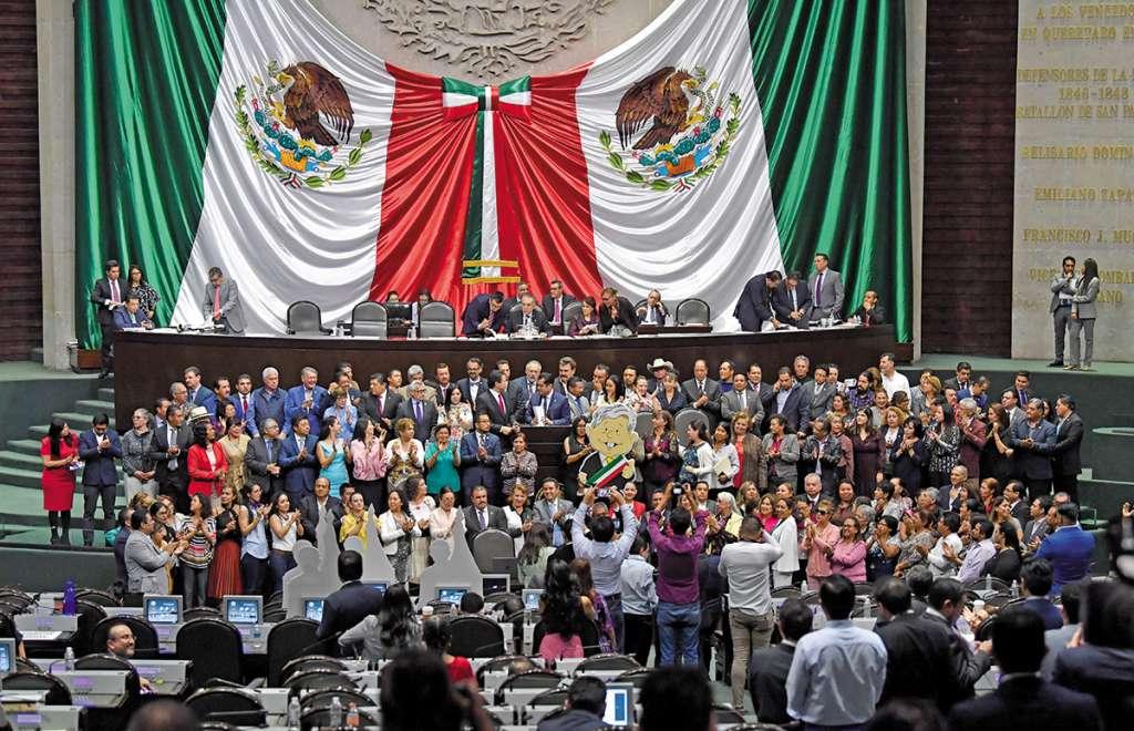 Legisladores de Morena subieron a la tribuna de la Cámara alta para apoyar las iniciativas de su partido presentadas ayer. FOTO: ESPECIAL
