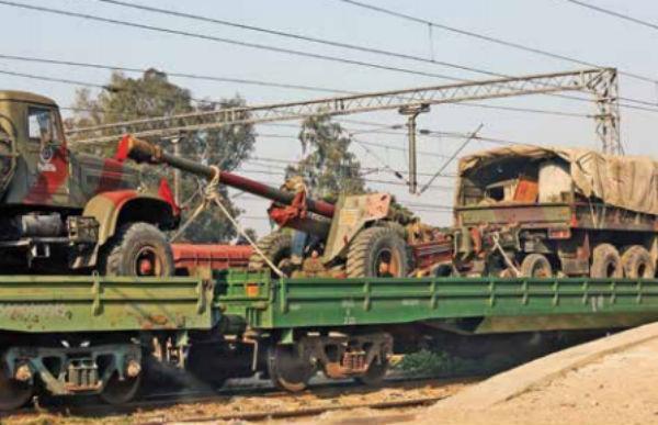 Un tren cargado con camiones del ejército indio está a las afueras de Jammu. FOTO: REUTERS