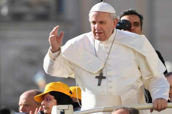 ElSumo Pontífice dijo que el reino de Dios no se establece en el mundo por la violencia, sino crece y se propaga con paciencia y mansedumbre. Foto: AFP