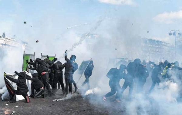 El centro de París fue el campo de batalla para los manifestantes más violentos y la policía. FOTO: AFP