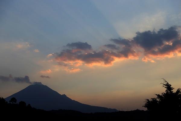 Vista del volcán Popocatépetl al atardecer en este domingo. Foto: Cuartoscuro