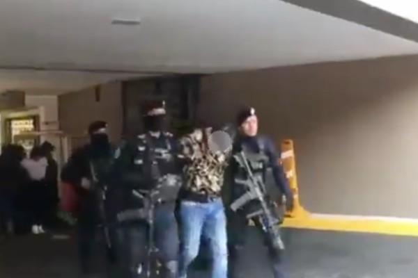 Los presuntos líderes del cártel y las dos mujeres detenidas fueron traslados en un camión blindado, custodiado por agentes de la Policía Federal. Foto: Especial