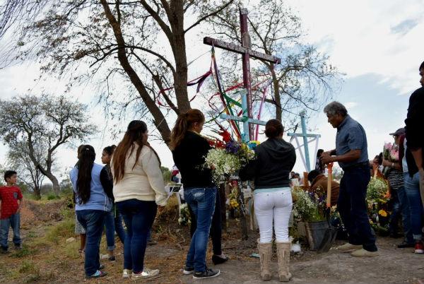 REPLETO. El espacio en el panteón fue insuficiente, ante la cifra de víctimas. Foto: Áxel Chávez