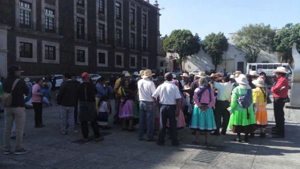 Se plantaron debajo del balcón principal del Palacio de Gobierno y cerraron la avenida Lerdo de Tejada. Foto: María Teresa Montaño