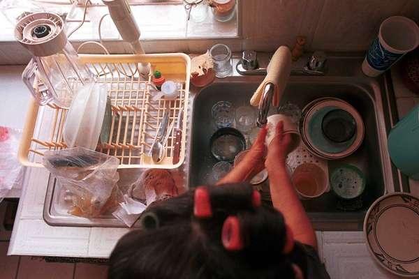 El documento establece que el trabajo del hogar se deberá fijar mediante contrato por escrito y contar con prestaciones de ley como vacaciones, prima vacacional, pago de días de descanso, acceso a seguridad social y aguinaldo. Foto: Cuartoscuro