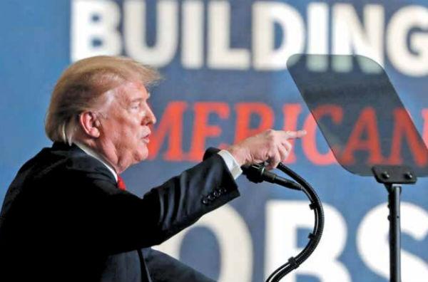 El presidente Trump habló ayer en el Centro de Fabricación de Tanques del Ejército.FOTO: REUTERS