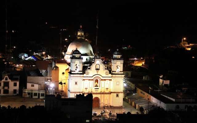Pobladores se disputan el paraje religioso que lleva a la Basílica de Juquila. Foto: Cuartoscuro