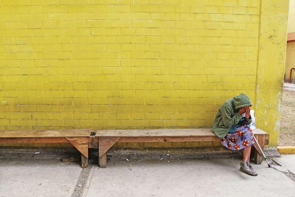 Una mujer descansa en un albergue para víctimas de violencia. FOTO: CUARTOSCURO
