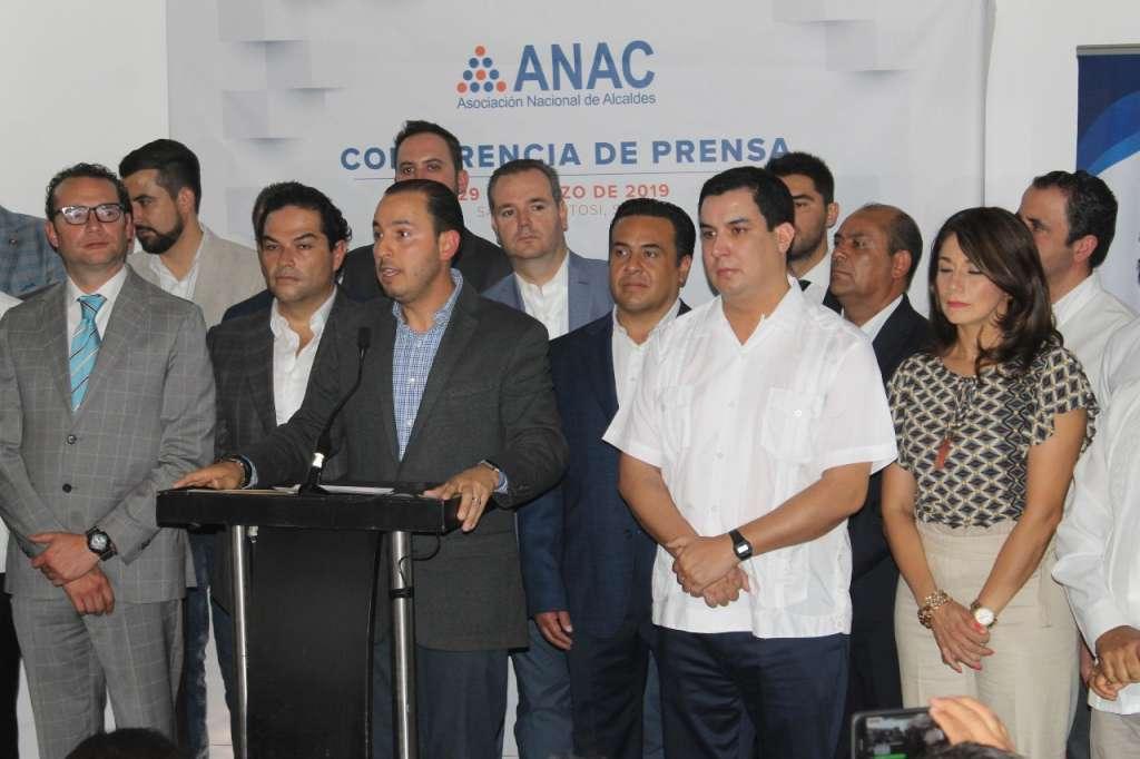 Ante los alcaldes panistas de todo el país pidió apoyo internacional. FOTO: ESPECIAL
