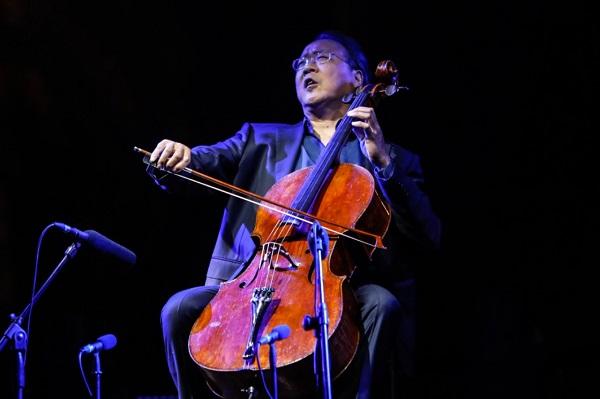 Yo-Yo Ma tocó con excelsa técnica y experiencia, finura y fragilidad, llevándose por la música de Bach como una ola gigante que abarcaba al público. Foto: Nayeli Cruz