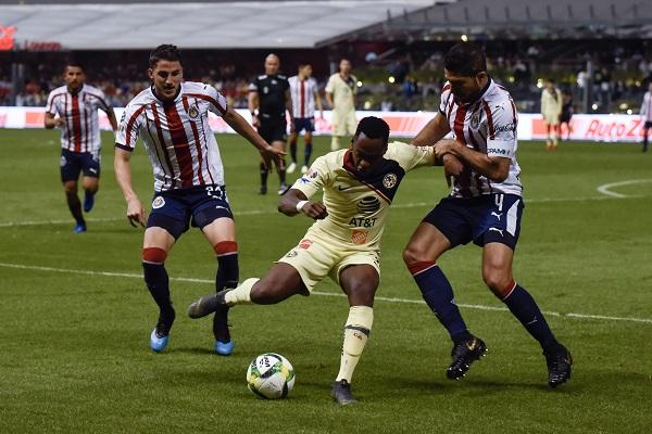 Ante unas Chivas con pocos argumentos futbolísticos, el América logró el pase a Semis en donde ahora se enfrentará al Tijuana. Foto: Cuartoscuro