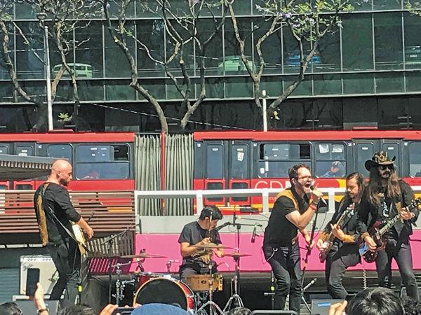 SHOW. Se montó un escenario junto a la entrada del Metro. Foto: Patricia Villanueva