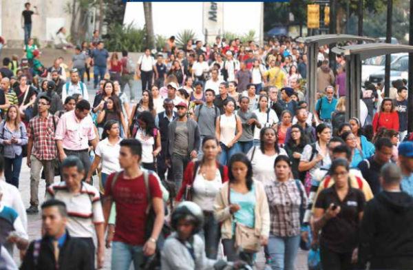Sin subterráneo y con pocos autobuses, los venezolanos tuvieron que caminar por horas.FOTO: AP
