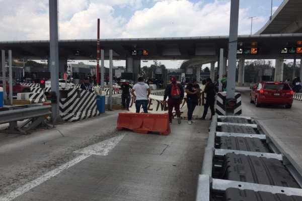Los normalistas están entregando volantes con información de su causa. Foto: @CoordinacionDM