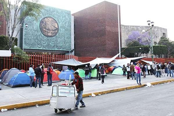 Maestros de la Coordinadora Nacional de Trabajadores de la Educación (CNTE) en plantón en las inmediaciones del Palacio Legislativo de San Lázaro.  FOTO: NOTIMEX (Archivo)