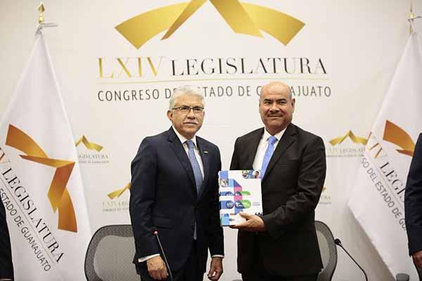 El Informe fue recibido por el presidente de la Legislatura, el diputado Juan Antonio Acosta Cano, acompañado por los integrantes de la Junta de Gobierno del Congreso estatal.