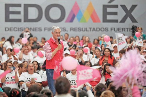 APOYO. Alfredo Del Mazo estuvo con beneficiarias del programa, en Izcalli. Foto: Especial