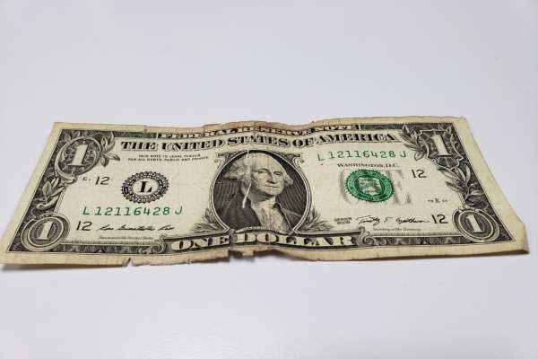 El billete verde se compra en 17.75 pesos en el AICM. Foto: Luis Hernández