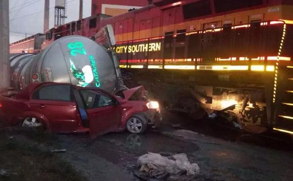 Tras el accidente ferroviario continúan cerradas a la circulación ambas vías de la avenida López Mateos de dicho municipio. Foto: Especial