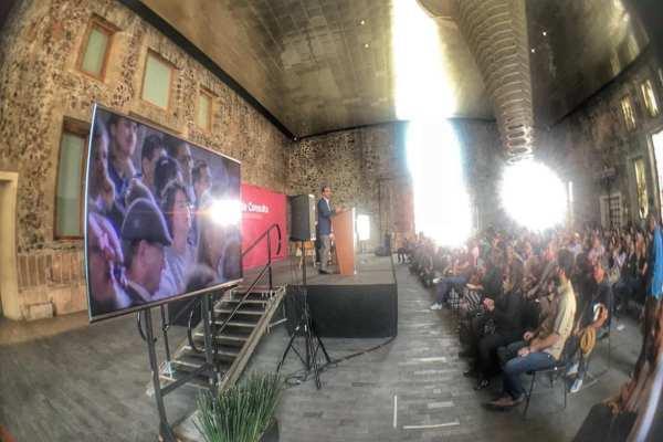 Roberto Frías, coordinador general, escuchó los reclamos de asistentes. Foto: Fonca
