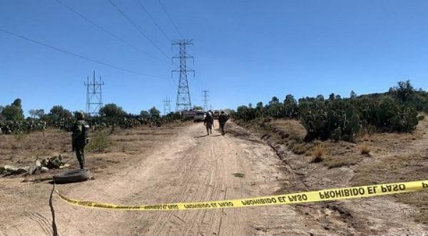 Los uniformados y el personal de Pemex, encontraron conectada una manguera de alta presión. Foto: Especial