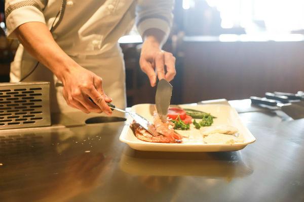 Un chef es un cocinero, ya que ha estudiado una carrera, además, de haber trabajado en diferentes áreas de la cocina. Foto: Especial