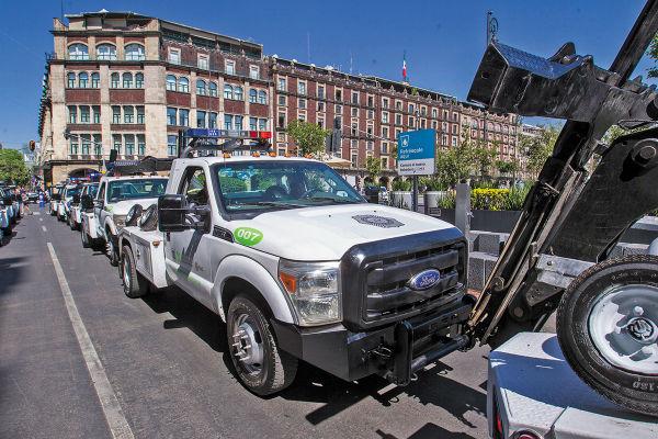LIMPIEZA. Los automóviles, camionetas y camiones dejados en la calle serán retirados. Foto: Cuartoscuro
