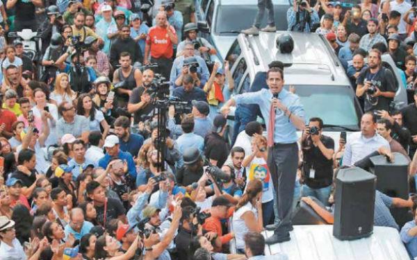 Para protestar por el apagón, ciudadanos salieron a las calles ante la convocatoria de Guaidó. FOTO: AP