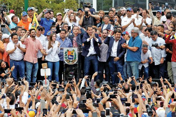 RECIBIMIENTO. Juan Guaidó llegó ayer a Caracas y fue recibido como una estrella de rock, después de una gira. Foto: Reuters