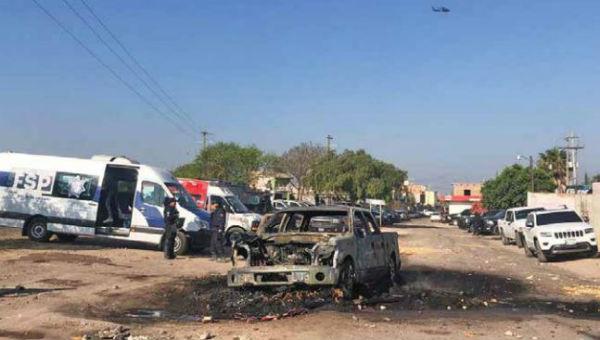 INCENDIOS. Más de 20 vehículos fueron quemados para contener el ingreso de las fuerzas de seguridad. Foto: Gabriela Montejano