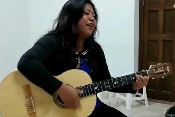 Edith Luna Aparicio, hermana de Yalitza Aparicio, subió un video en su canal de Youtube en donde se le ve cantar la canción popular Paloma Negra.  FOTO: ESPECIAL